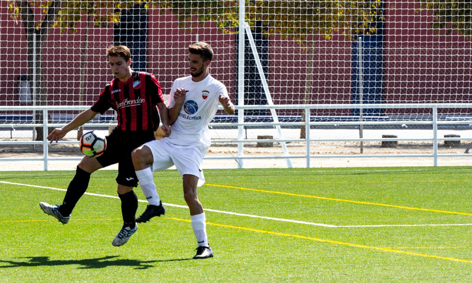Víctor Sánchez pugna ante un rival por el balón en un partido de la presente campaña